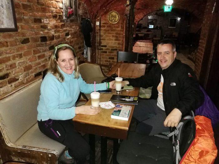 TOMANDO CAFÉ EN EL BAR IMPERIUM, SIBIU