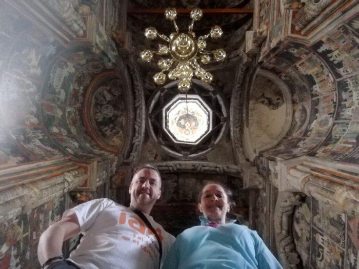 BEATRIZ Y JORGE EN EL INTERIOR DEL MONASTERIO SAN JUAN EL NUEVO, SUCEAVA