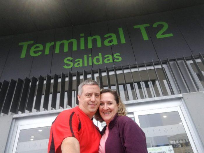 COMIENDO EN LA PUERTA DE LA T-2 DEL AEROPUERTO DE MADRID