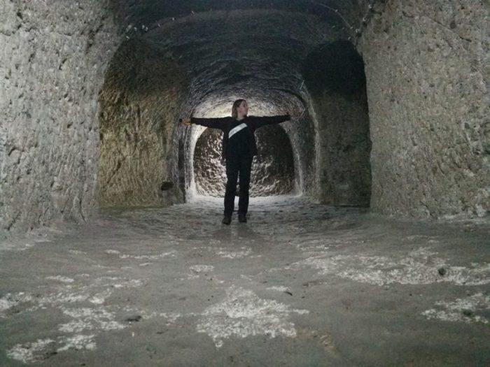 BEATRIZ EN UNA IGLESIA DE LA CIUDAD SUBTERRÁNEA DE DERINKUYU