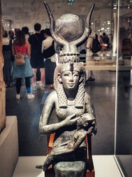FIGURA AMAMANTANDO EN EL MUSEO NMEC EN EL CAIRO