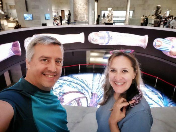 BEATRIZ Y JORGE JUNTO AL AGUJERO DE PROYECCIÓN EN EL MUSEO NMEC EN EL CAIRO