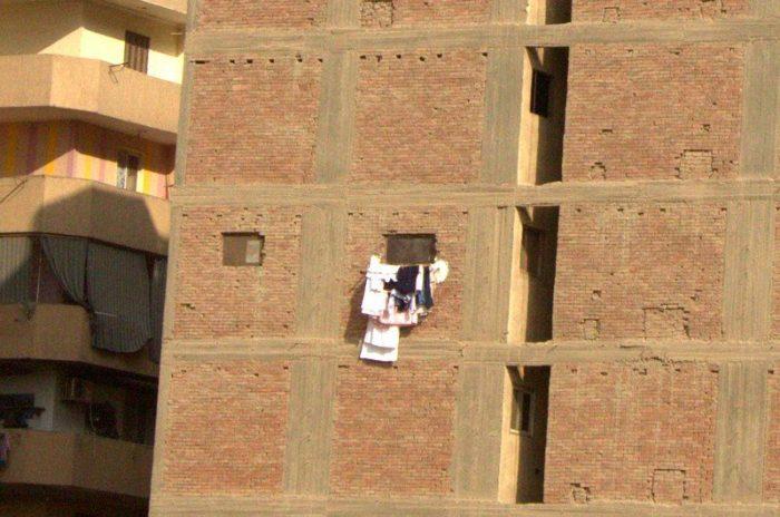 EDIFICIO DE CERCA CON UNA VENTANA EN EL CAIRO