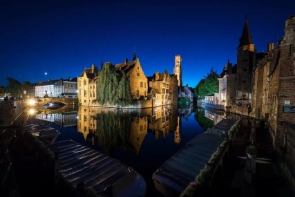 nightly image of the rozenhoedkaai in Bruges