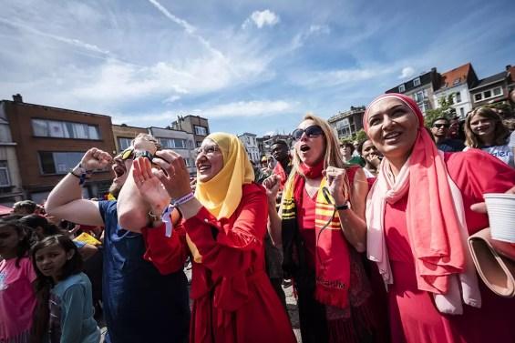 Multiculturele groep bekijkt het WK voetbal tijdens Borgerrio