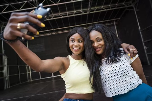 Twee afrikaanse meisjes nemen een selfie