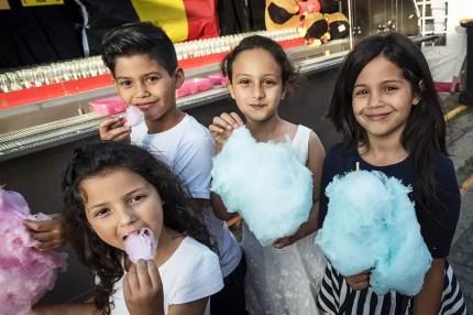 Kinderen eten suikerspin op de Sinksenfoor