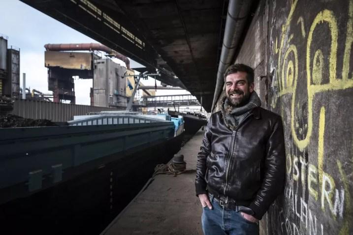 Nicolas Buissart poseert naast een brug