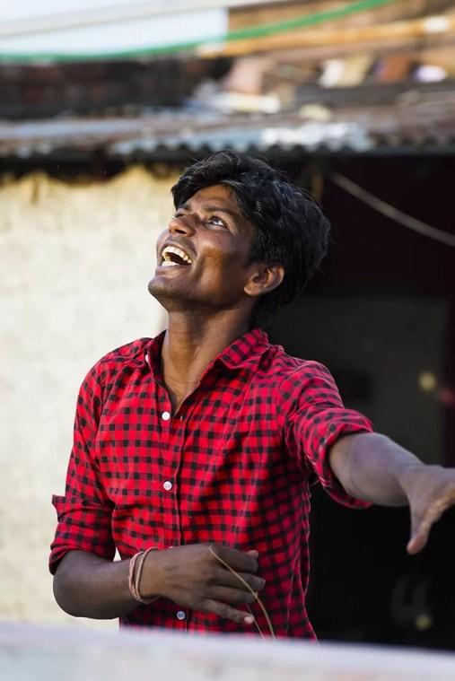 Man speelt met vlieger in Paharganj New Delhi