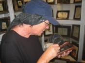 Els bekijkt de miniatuur schilderijtjes