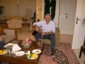 Raoul wijn inschenken