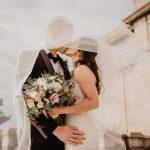 Trouwschoenen laten zien aan bruidegom