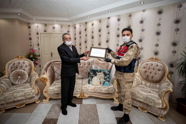 İstanbul'dan gelen koronavirüslü hastalar hakkında bilgi veren Edremit ilçesi Doğanlar Mahallesi Muhtarı İbrahim Öndil Valilik tarafından ödüllendirildi.