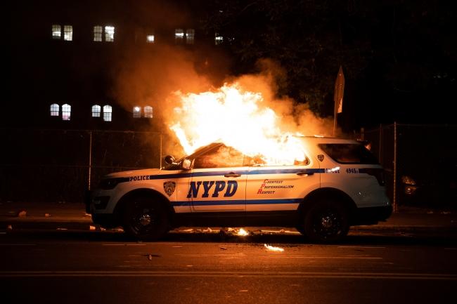 ABD'deki protestolar bir süre sonra polis araçları ve mağazaların hedef alındığı gösterilere dönüştü. Foto: Reuters.