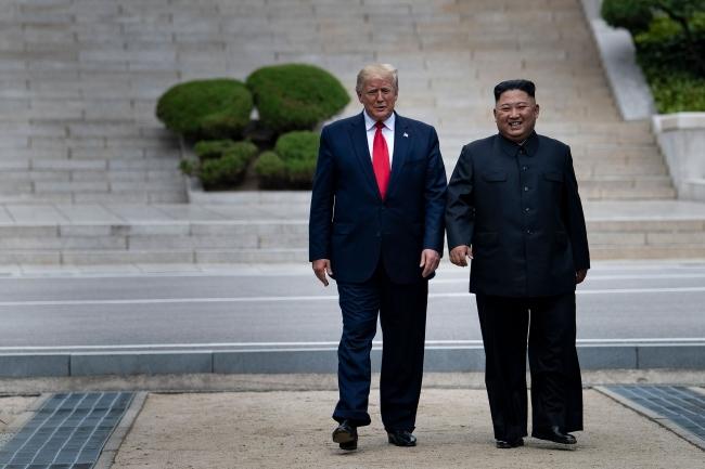 ABD Başkanı Donald Trump ve Kuzey Kore lideri Kim Jong-un, 30 Haziran 2019'da Güney Kore-Kuzey Kore sınırındaki ''silahsızlandırılmış bölgede'' görüştü. Trump, Kuzey Kore topraklarına adım atan ilk ABD Başkanı oldu. Fotoğraf: Getty