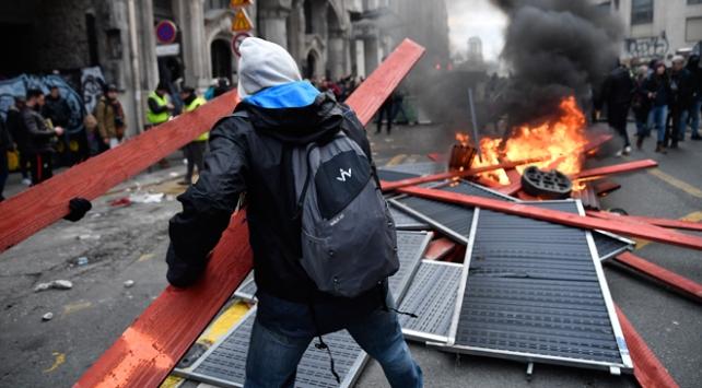 Fransada Macron karşıtları yeniden sokaklarda