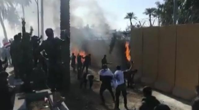 Haşdi Şabi taraftarları ABDnin Bağdat Büyükelçiliğini bastı