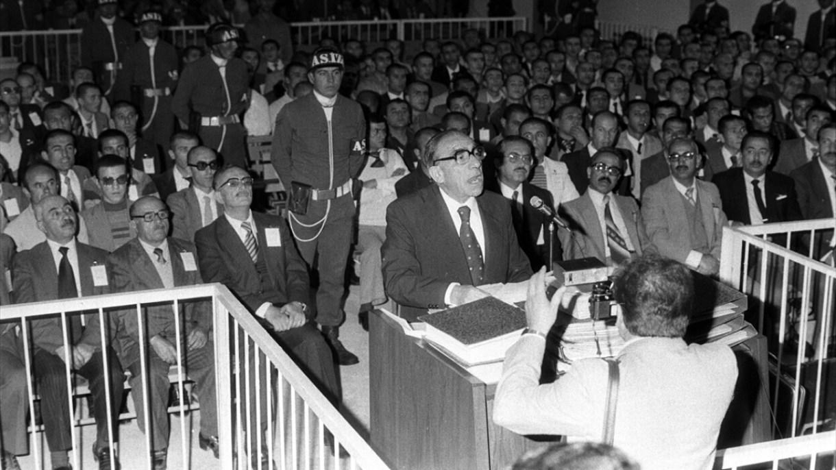14 Ekim 1981`de MHP ve Ülkücü kuruluşlar üyesi 587 sanık arasında yer alan Türkeş`in, Ankara Sıkıyönetim Komutanlığı 1 nolu Askeri Mahkemesince yargılanmasına devam edildi. (Arşiv)
