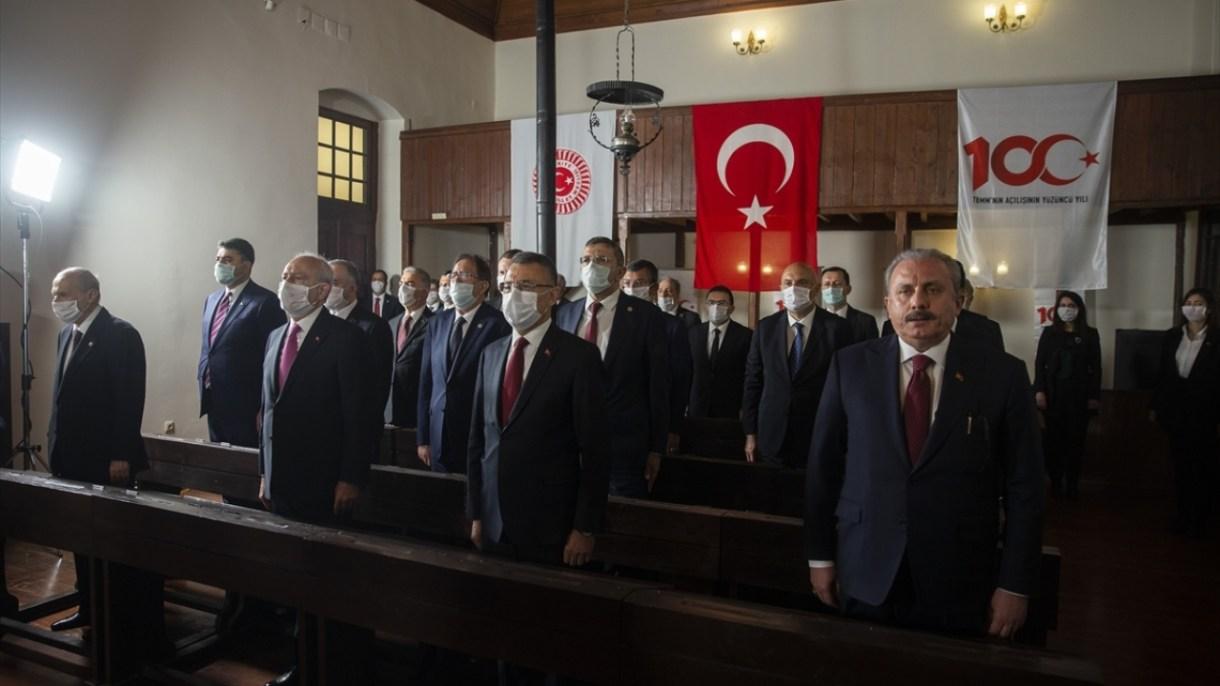 Programa TBMM Başkanı Mustafa Şentop (sağda), Cumhurbaşkanı Yardımcısı Fuat Oktay (sağ 2) ve CHP Genel Başkanı Kemal Kılıçdaroğlu (sol 2) ve MHP Genel Başkanı Devlet Bahçeli (solda) de katıldı.