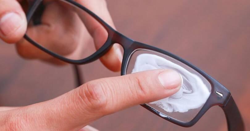 10 Πανέξυπνες Λύσεις Για Να Αφαιρέσετε Τις Γρατζουνιές Από Τα Γυαλιά Σας!