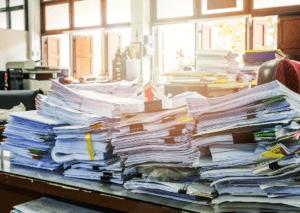 オフィスの書類が溢れる