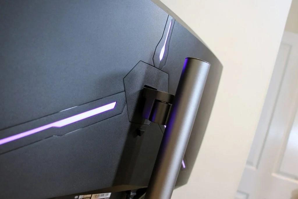 Задняя панель с подсветкой RGB светится фиолетовым светом