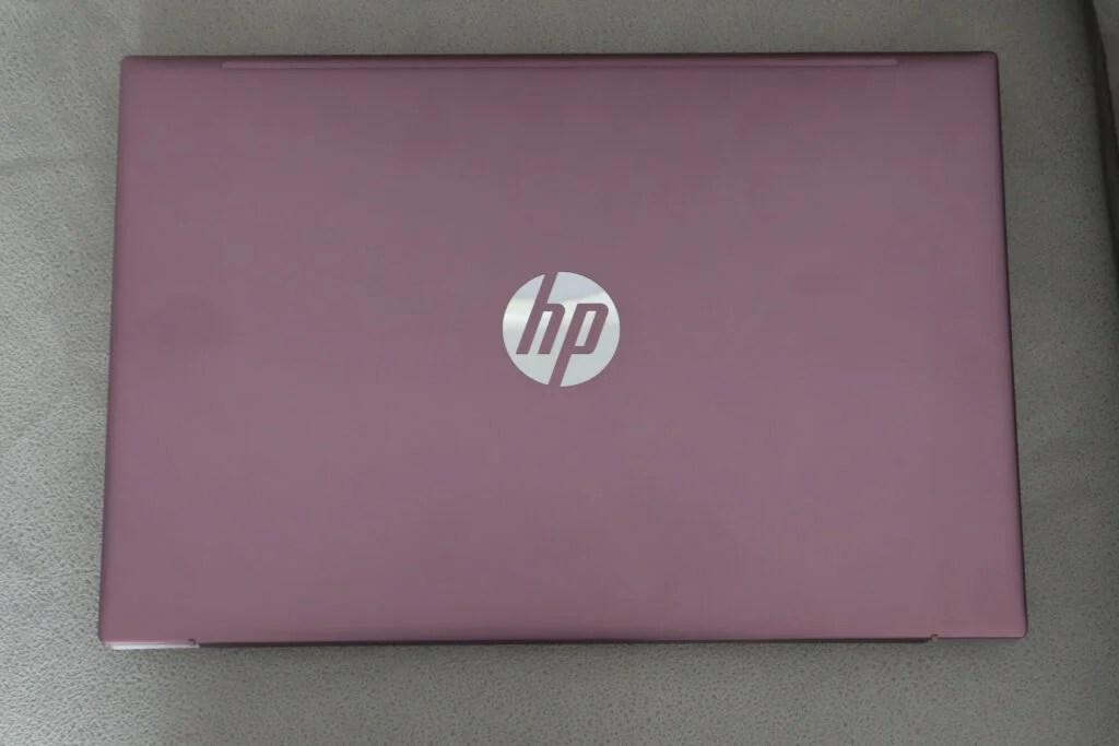 Розовая крышка ноутбука HP закрыта