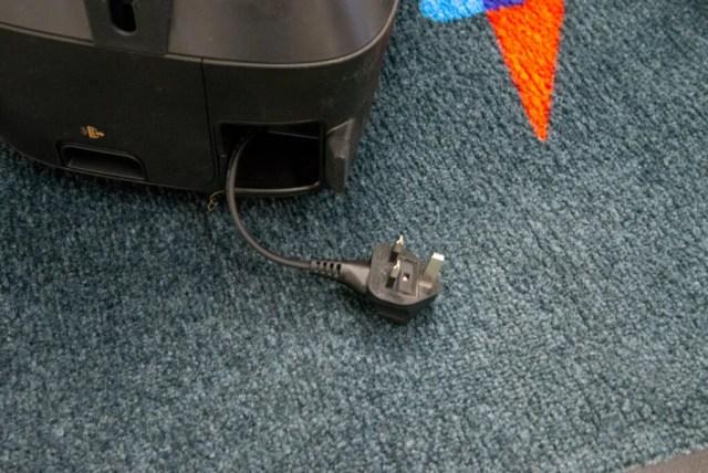 Shark Bagless Cylinder Vacuum Cleaner CZ500UKT plug