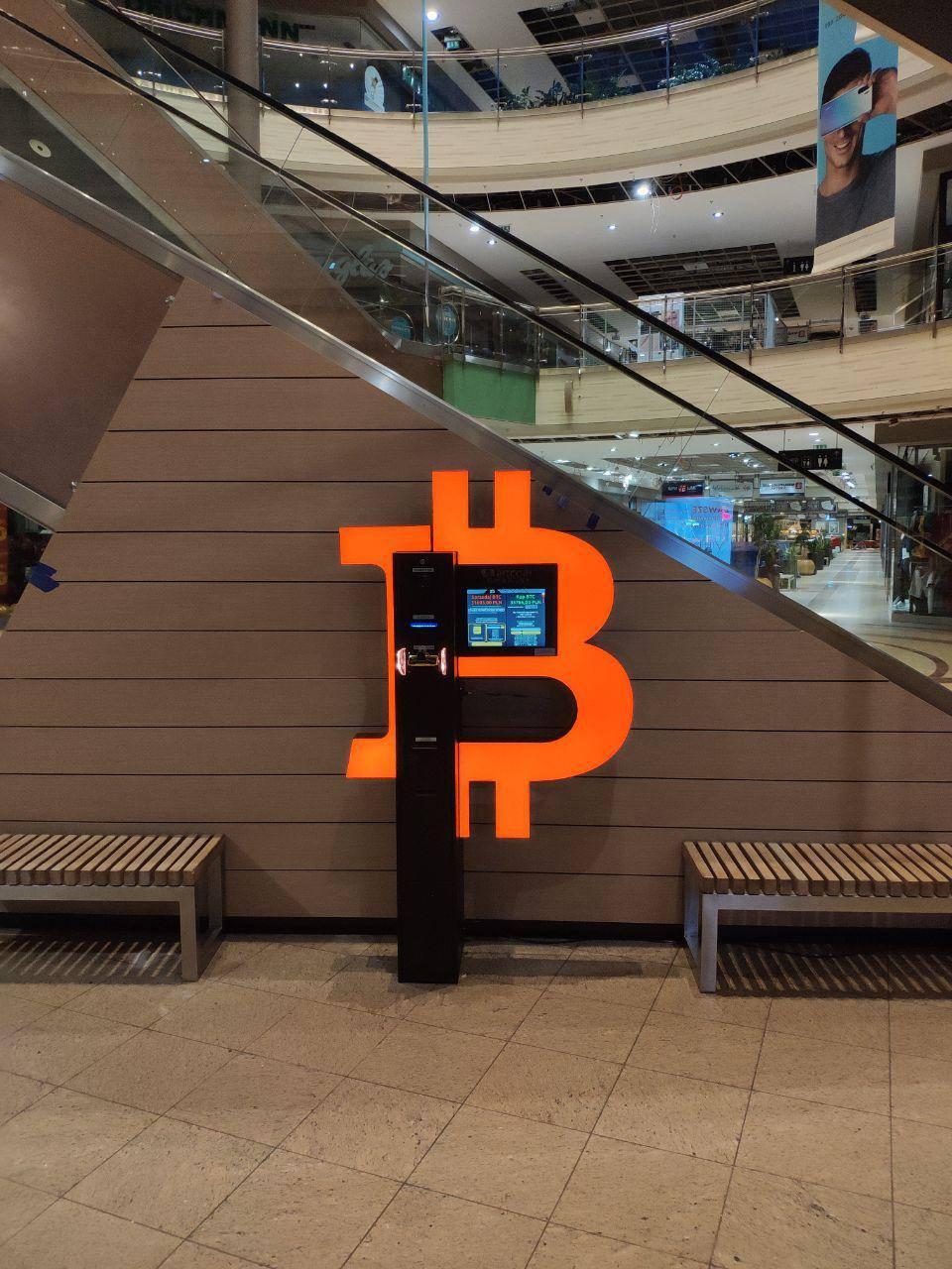 Un cajero automático bitcoin del club shitcoins