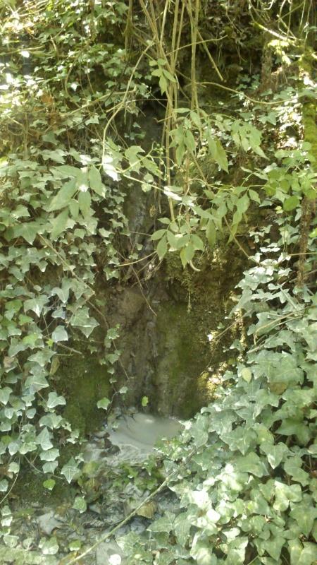 Cano de onde sai a poluição para o Neiva