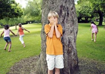kids-playing-hide-and-seek