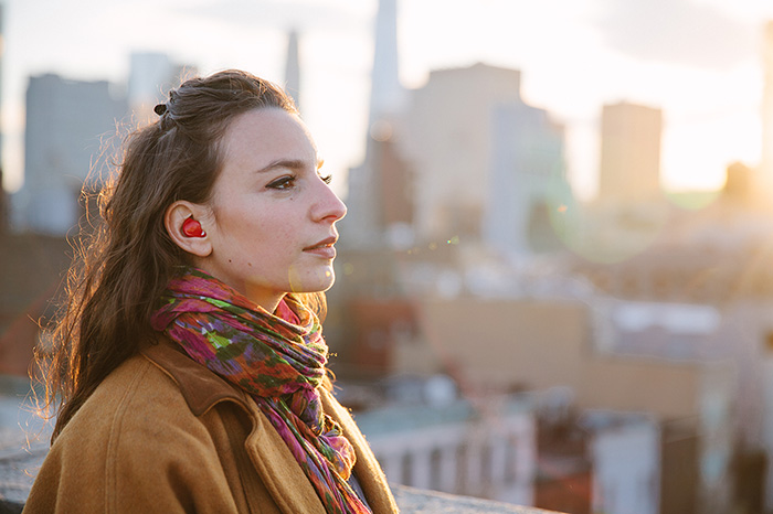 Device inside the ear translates languages in real time!-1
