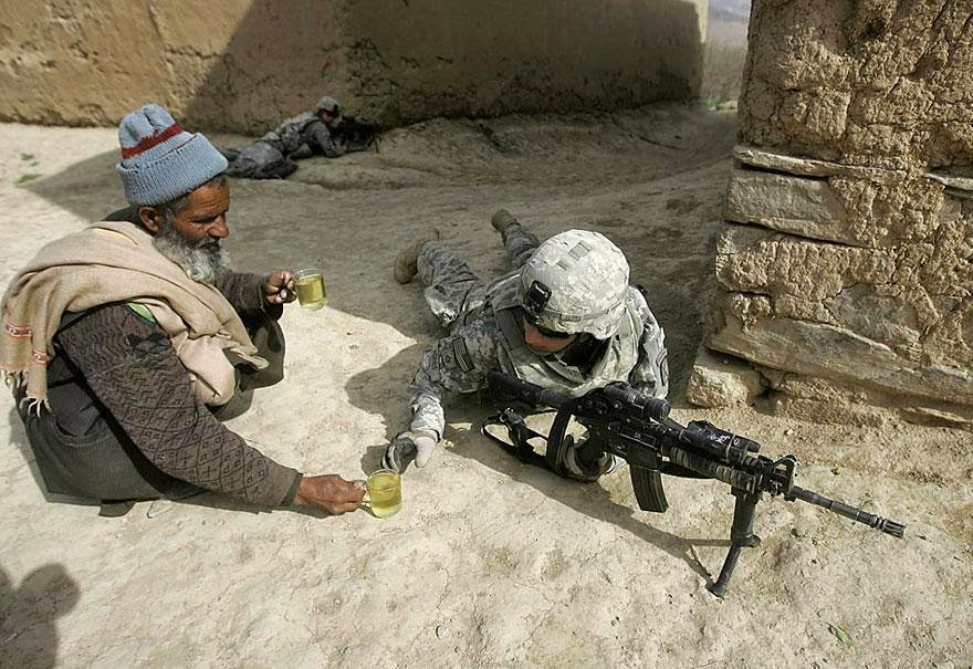 30 of the most powerful images of all time - An Afghan man offers tea to soldiers