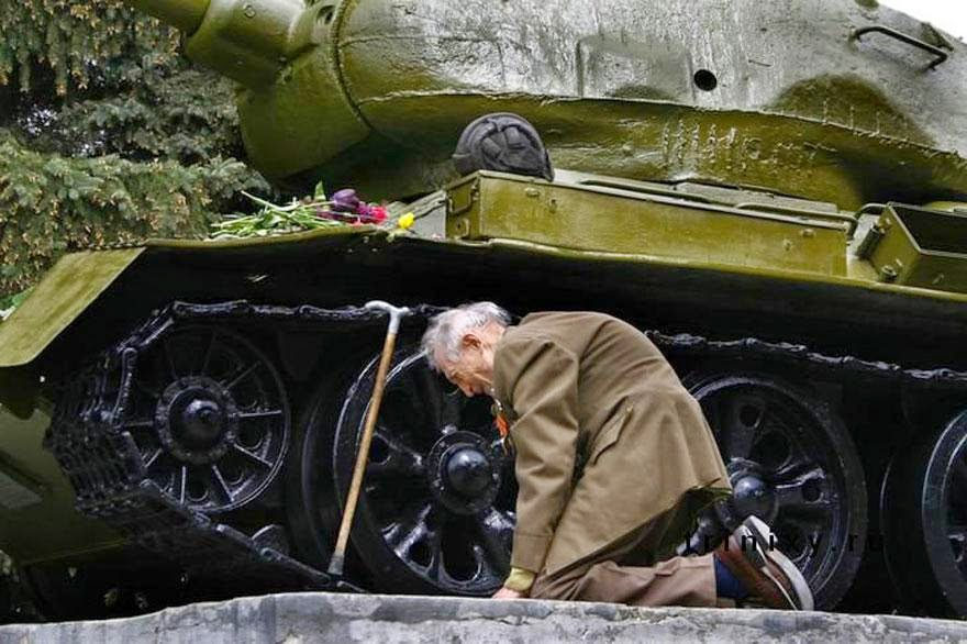 30 of the most powerful images of all time - An old WW2 Russian tank veteran finally found the old tank in which he passed through the entire war