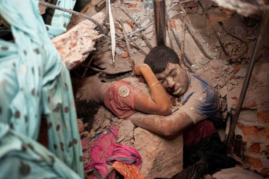 30 of the most powerful images of all time- Embracing couple in the rubble of a collapsed factory
