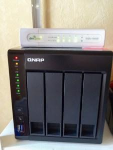 Die neue QNAP-NAS mit daraufliegendem Netzwerk-Switch