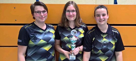 Xenia Maier, Eva Appel und Nina Lutz (v. l.) sicherten sich verdient den Pokal.