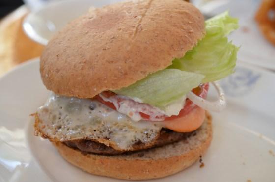 広尾 Homework's — 炭火焼きの手作りハンバーガーが絶品!大きすぎてかぶりつけない!!