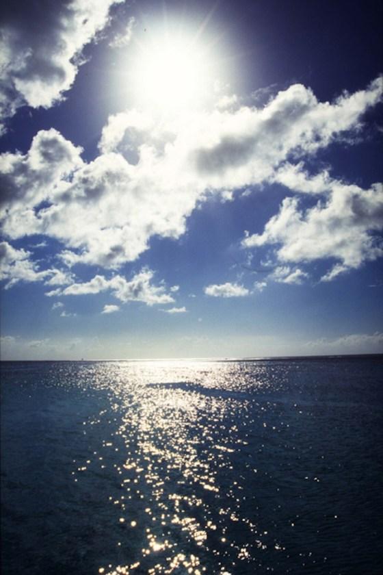 光る海と雲
