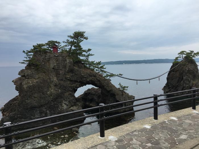 機具岩(はたごいわ)〜 二つの岩が寄り添う夫婦岩を見学 [2016年6月 北陸旅行記 その34]