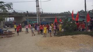 Image result for học sinh quỳnh lưu biểu tình đấu tố linh mục...