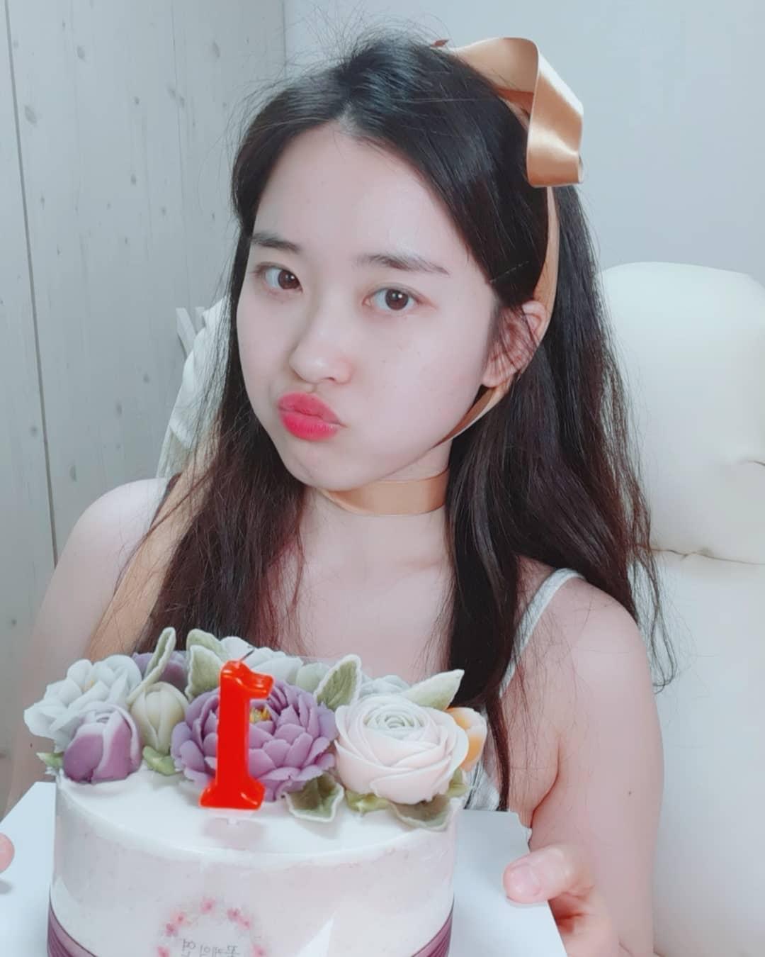 韓國實況主甜扮「兔女郎」!鏡頭前驚見「一條鴻溝」 網直呼:要被ban了