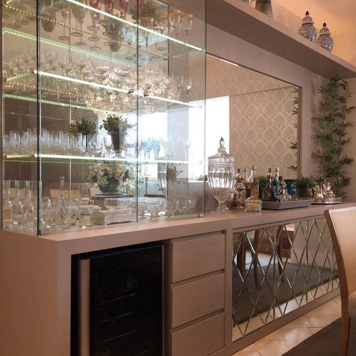 Prateleira de vidro item simples que traz funcionalidade e estilo aos cmodos