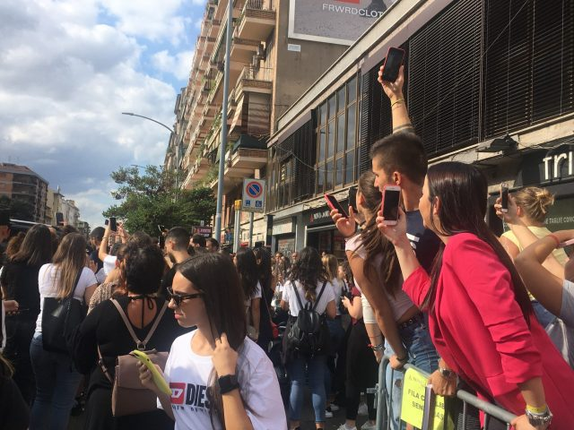 Folla di fan in attesa di Giulia De Lellis