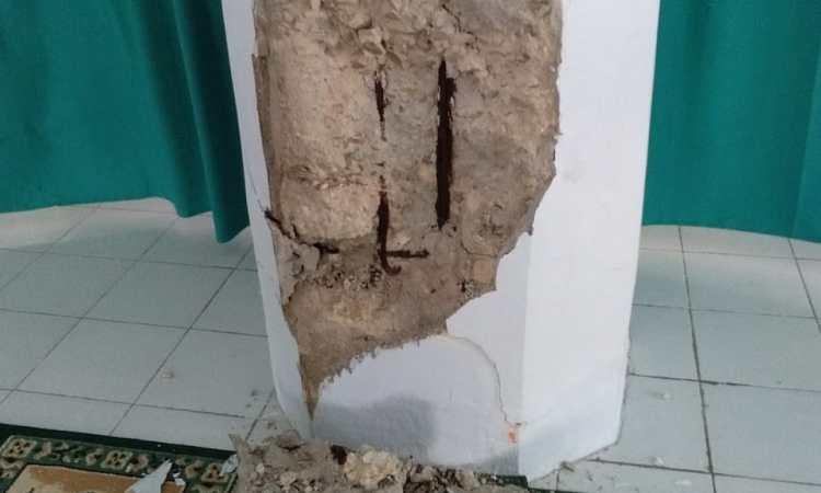 Tiang Masjid Banda Eli yang rusak akibat gempa bumi