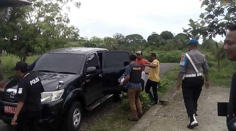 Tersangkah Urias saat digelandang Polisi masuk ke dalam mobil untuk di antar ke polres malra