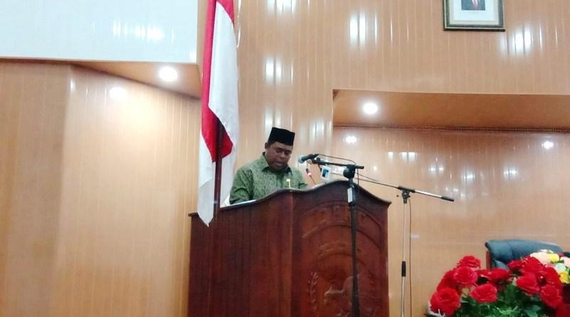 Anggota DPRD Kota Tual Rahman Rettob saat membacakan SK DPRD Kota Tual terkait hasil rekomendasi pansus honorer