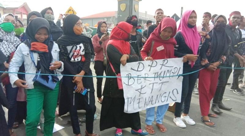 warga Kur dan Tayando demo DPRD Kota Tual