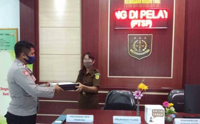 Penyidik Satreskrim Polres Tual serahkan berkas tersangka dugaan ijasah aspal Kepala Ohoi Hako Kabupaten Malra