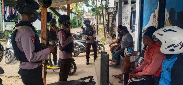 empat Personil Kompi 1 Yon C Pelopor Brimob Kota Tual, di Propinsi Maluku, sejak kamis dini hari ( 07/01/2021 ) melaksanakan Kegiatan Kepolisian Yang Ditingkatkan (KKYD) melalui Patroli Dialogis, memberikan sosialisasi kepada masyarakat, tentang pencegahan virus Corona ( Covid-19 ).